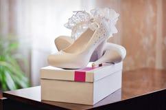 Sapatas brancas da noiva Fotos de Stock Royalty Free