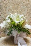 Sapatas brancas da noiva do casamento com um ramalhete das rosas brancas e das outras flores, alianças de casamento em um tambore imagens de stock