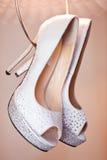 Sapatas brancas das noivas Imagens de Stock