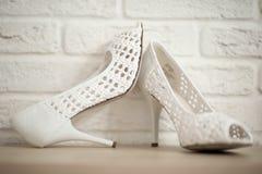 Sapatas brancas das noivas Fotos de Stock