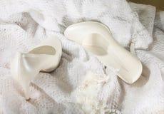 Sapatas brancas do casamento Fotografia de Stock