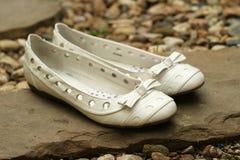 Sapatas brancas do casamento Fotos de Stock Royalty Free