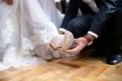 Sapatas brancas do casamento Imagens de Stock Royalty Free