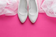Sapatas brancas do casamento no fundo cor-de-rosa Fotos de Stock