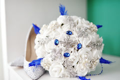 Sapatas brancas do ramalhete e da noiva do casamento Fotos de Stock Royalty Free