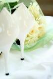 Sapatas brancas dos casamentos fotos de stock