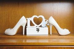 Sapatas brancas na prateleira de madeira Imagens de Stock Royalty Free