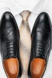 Sapatas clássicas dos homens, laço e camisa branca Imagem de Stock Royalty Free