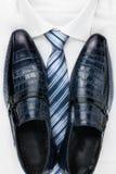 Sapatas clássicas dos homens, laço e camisa branca Imagens de Stock Royalty Free