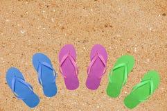 Sapatas coloridas da praia na areia amarela Imagens de Stock
