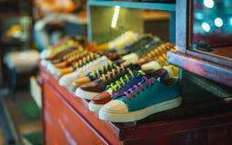 Sapatas coloridas dos homens do vintage no armário de madeira Foco seletivo fotografia de stock