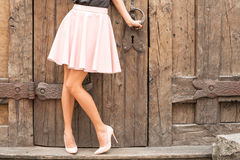 Sapatas coloridas nude vestindo do salto alto da mulher imagem de stock