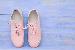 Sapatas cor-de-rosa das mulheres foto de stock