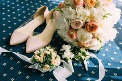 Sapatas cor-de-rosa do casamento com acessórios imagem de stock royalty free