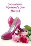 Sapatas cor-de-rosa do salto alto com rosas Foto de Stock Royalty Free