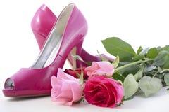 Sapatas cor-de-rosa do salto alto com rosas Fotografia de Stock Royalty Free