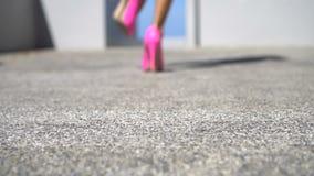 Sapatas cor-de-rosa do salto elevado vídeos de arquivo