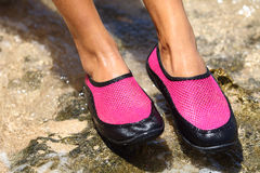 Sapatas da água/sapata da nadada no neopreno cor-de-rosa Fotografia de Stock