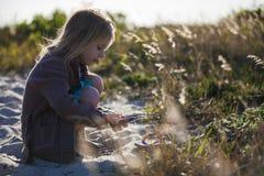 Sapatas da areia da limpeza da menina Foto de Stock