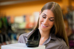 Sapatas da compra da mulher na loja Fotografia de Stock Royalty Free