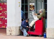 Sapatas da limpeza do homem na rua, Equador fotos de stock royalty free