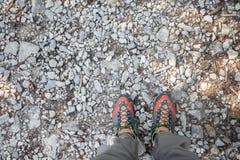 sapatas da montanha para andar por muito tempo um trajeto da montanha fotos de stock royalty free
