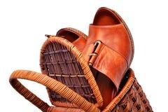 Sapatas da mulher na cesta isolada no branco Imagens de Stock