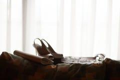 Sapatas da noiva do casamento, embreagem e um fã Fotos de Stock Royalty Free