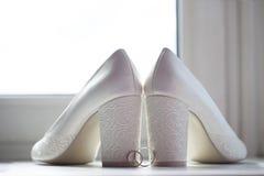 Sapatas da noiva e das alianças de casamento Imagens de Stock