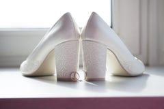 Sapatas da noiva e das alianças de casamento Imagens de Stock Royalty Free