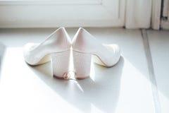 Sapatas da noiva e das alianças de casamento Fotografia de Stock Royalty Free