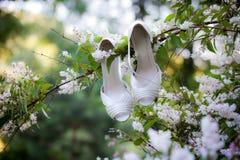 Sapatas da noiva no carro rústico Fotos de Stock Royalty Free