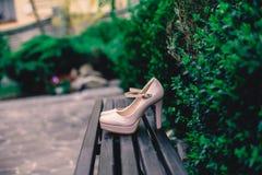 Sapatas da noiva que estão na rua fotos de stock