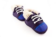 Sapatas da sapatilha dos pés do bebê azul Fotografia de Stock Royalty Free