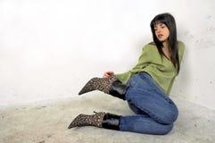 Sapatas da terra arrendada da menina foto de stock royalty free
