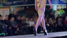 Sapatas das coleções, modelo nos saltos altos na passarela no vestido, modelo que vai ao longo do pódio, close-up das sapatas, bo video estoque