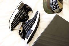 Sapatas de Adidas NMD e tampões do coração de Chrome fotos de stock royalty free