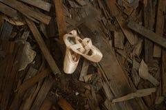 Sapatas de bailado em uma ruína da velha escola fotografia de stock royalty free