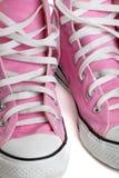 Sapatas de basquetebol coloridas cor-de-rosa velhas imagem de stock