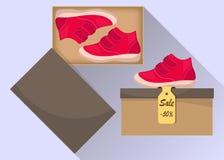 Sapatas de bebê bonitos pequenas na caixa, vista lateral Venda com um disconto de 50 por cento Botas vermelhas ocasionais da cria Fotografia de Stock Royalty Free