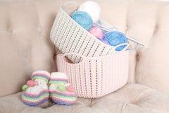 Sapatas de bebê de confecção de malhas, conceito caseiro grávido do trabalho fotos de stock