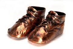 Sapatas de bebê de bronze clássicas fotos de stock
