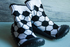 Sapatas de bebê do futebol Foto de Stock