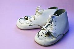 Sapatas de bebê do vintage na cor-de-rosa Fotografia de Stock Royalty Free