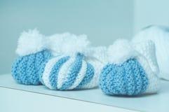 sapatas de bebê de lã azuis e brancas na loja da forma foto de stock