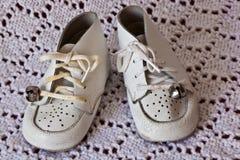Sapatas de bebê macias do couro branco Imagens de Stock Royalty Free