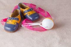 Sapatas de bebê no fundo macio Fotos de Stock Royalty Free