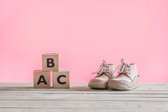 Sapatas de bebê que aprendem como andar imagem de stock royalty free