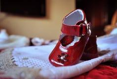 Sapatas de bebê vermelhas Foto de Stock Royalty Free