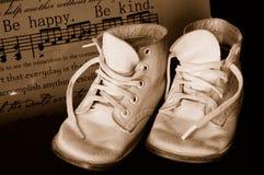 Sapatas de bebê do vintage do Sepia Fotografia de Stock Royalty Free